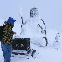 蔵王ロープウェイ地蔵山頂駅近くにある蔵王地蔵尊。例年この時期なら半分程度は雪で埋まっているが、全体が雪の上に出ていた=山形市で2020年1月16日、手塚耕一郎撮影