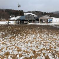 1月11日にオープンした星野リゾートアルツ磐梯。ゲレンデ下部には雪がほとんど無く、スキーヤーらはリフトで標高の高いゲレンデに向かい、滑りを楽しんでいる=福島県磐梯町で2020年1月15日、手塚耕一郎撮影
