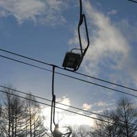 極端な少雪の影響で、標高の低いゲレンデでの運行が停止となっている蔵王温泉スキー場のリフト=山形市で2020年1月16日、手塚耕一郎撮影