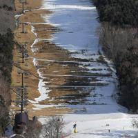 雪不足が続き、一部のコースが閉鎖されたままのマウントジーンズ那須スキー場=栃木県那須町で2020年1月13日、本社ヘリから手塚耕一郎撮影