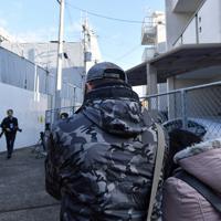 「京都アニメーション」第1スタジオを訪れ、哀悼の意を表す台湾人のカップル=京都市伏見区で2020年1月18日午前9時17分、川平愛撮影