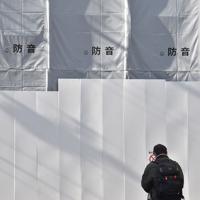 放火殺人事件の発生から半年となった「京都アニメーション」第1スタジオの前で手を合わせるファンの男性。近くを通る度にこの場所に来ていると話した=京都市伏見区で2020年1月18日午後1時半、川平愛撮影