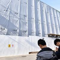放火殺人事件の発生から半年となった「京都アニメーション」第1スタジオを訪れ、手を合わせる中国人のファン=京都市伏見区で2020年1月18日午後1時32分、川平愛撮影
