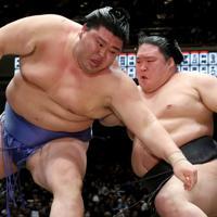 正代(左)を送り倒しで降す豪栄道=東京・両国国技館で2020年1月18日、宮武祐希撮影