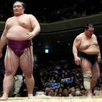 北勝富士(右)を寄り切りで降した朝乃山=東京・両国国技館で2020年1月18日、宮武祐希撮影