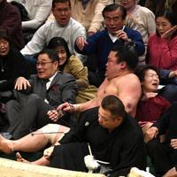 高安に押し出しで敗れ、土俵下に落ちた妙義龍=東京・両国国技館で2020年1月18日、丸山博撮影