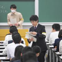 会場で試験開始を待つ受験生たち=福岡市西区の九州大伊都キャンパスで2020年1月18日午前9時8分、津村豊和撮影