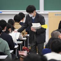 会場で試験開始を待つ受験生たち=福岡市西区の九州大伊都キャンパスで2020年1月18日午前9時9分、津村豊和撮影