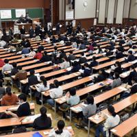 最後の大学入試センター試験で開始時間を待つ受験生ら=東京都文京区の東京大学で2020年1月18日午前9時4分、北山夏帆撮影