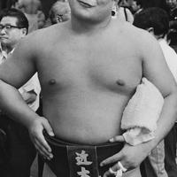 第10回全国学生相撲個人体重別選手権大会で無差別級優勝の伊東勝人(近大3年)=1985年10月撮影