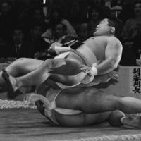 【全日本相撲選手権決勝】いぞりで斎藤一雄を降し、優勝した伊東勝人(上)=両国国技館で1991年12月撮影