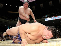 Ozeki Goeido, back, defeats No. 4 maegashira Shodai on the 7th day of the New Year Grand Sumo Tournament at Tokyo's Ryogoku Kokugikan, on Jan. 18, 2020. (Mainichi)