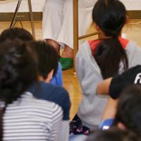 平和学習で児童たちに三角定規を見せる山口紀子さん=奈良県広陵町の町立真美ケ丘第一小で2019年10月24日、大西達也撮影