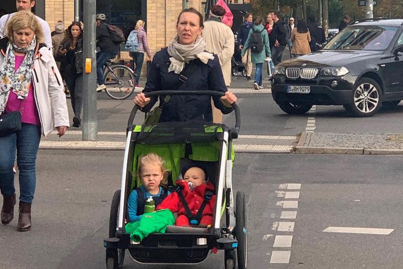 2人乗りのベビーカーで外出する人もよく見かける=ベルリンで2019年10月9日、念佛明奈撮影