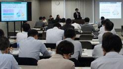 全銀協の説明会で、NPO法人の活動報告を聞く銀行の担当者ら=東京都千代田区の全銀協の会議室で2019年10月21日