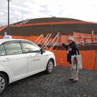 震災復興祈念公園では駐車場にタクシーを止め、献花台まで歩く
