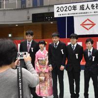 記念撮影をする新成人たち=横浜市港北区の障害者スポーツ文化センターで