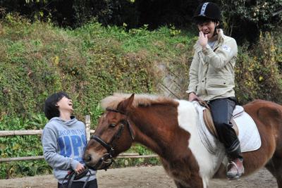 五色ホースクラブで乗馬を楽しむ岡畑伊織さんと母の玲奈さん=洲本市五色町で、桜井由紀治撮影