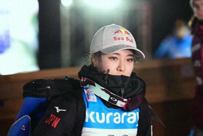 表彰台を逃し、厳しい表情で会場を後にする高梨沙羅=山形市のクラレ蔵王シャンツェで2020年1月19日、藤井達也撮影