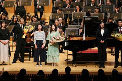 演奏者に花束を渡し、ステージ上に共に並んだ小児がん経験者たち=横浜市西区で2020年1月19日午後5時12分、吉田航太撮影