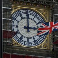英政府は17日、欧州連合(EU)から離脱する瞬間にカウントダウンを行い、首相官邸や周辺の建物のライトアップをする計画を発表した。英議会議事堂の大時計「ビッグベン」は鳴らさないことになった。昨年8月撮影(2020年 ロイター/Toby Melville)