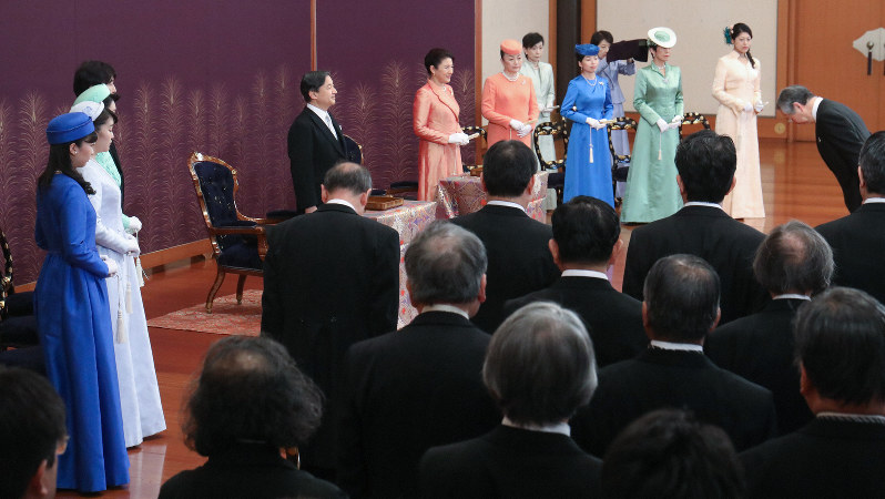 「歌会始の儀」に出席された天皇、皇后両陛下と皇族方=皇居・宮殿「松の間」で2020年1月16日、代表撮影