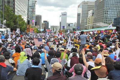 保革対立が韓国社会の大きな問題になっている。反文政権集会で気勢を上げる保守派の人々。この日は数十万人が集まった=ソウルで2019年10月、筆者撮影