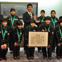 高島市長とともに笑顔を見せる筑紫女学園の選手ら