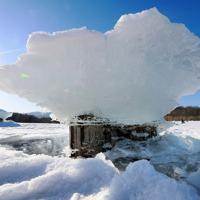 ダム湖の湖面が下がることで現れるキノコ氷=北海道上士幌町の糠平湖で2020年1月18日、貝塚太一撮影