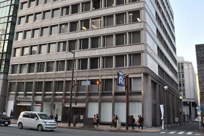 日本生命福岡ビル。右奥は福岡三栄ビル=福岡市中央区で2020年1月21日午後5時、久野洋撮影