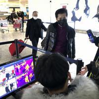 武漢の天河国際空港で旅行者の体温などをチェックする検疫所=2020年1月21日、AP