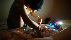 1日5回行う導尿。昼間に加え、夜中の導尿も日課の一つだ=自宅の寝室で ※写真の一部を加工しています