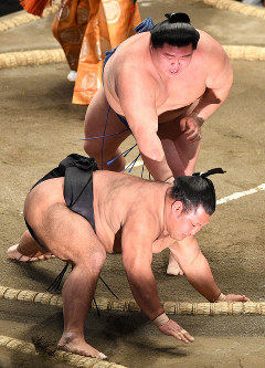 No. 4 maegashira Shodai, back, forces No. 7 maegashira Shohozan out of the ring on the 10th day of the New Year Grand Sumo Tournament at Tokyo's Ryogoku Kokugikan, on Jan. 21, 2020. (Mainichi)