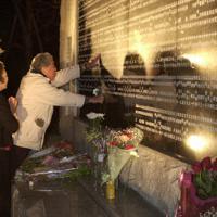 犠牲者追悼碑に刻まれた娘と孫の名前をなでる遺族=兵庫県西宮市の西宮震災記念碑公園で2002年1月17日午前5時半、大竹禎之撮影