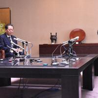 花角英世知事(右手前)と会談する東京電力の小早川智明社長(左手前)=新潟市中央区の県庁で