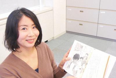 「となりのアブダラくん」を手にする著者の黒川裕子さん=東京都文京区で