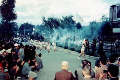 大勢の市民が待つ中、松本市役所に到着した東京五輪の聖火ランナー=1964年10月5日(逸見泰明さん提供)