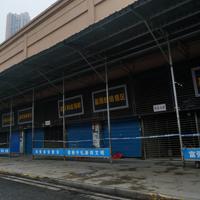 中国湖北省武漢市で新型肺炎の発症者の多くが出入りしていたとされ、閉鎖された海鮮市場=2020年1月21日、AP