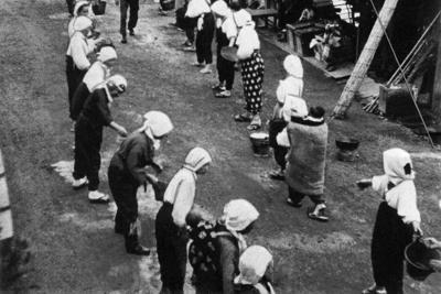 バケツリレーによる消火訓練の様子。第二次世界大戦下の無差別爆撃では、火を消し止めることは難しかった=1940年10月2日、愛知県一宮市で撮影