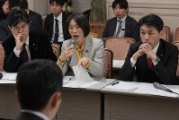 Legislators grill a Cabinet Office official over the reported discovery of documents on taxpayer-funded cherry blossom-viewing parties that were supposed to have been discarded, during a hearing of the opposition camp's fact-finding panel in the Diet Building on Jan. 21, 2020. (Mainichi/Masahiro Kawata)