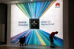 ファーウェイの5G対応スマホに搭載のAIチップ「Kirin990 5G」の看板写真(Bloomberg)