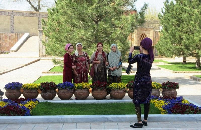 サマルカンドのティムール廟の前で記念撮影をする観光客(写真は筆者撮影)