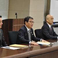 県庁で山口知事と面会する九電の池辺社長(中央)