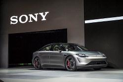 米ラスベガスで開催の「CES」で披露したソニーの電気自動車「VISION-S」(Bloomberg)