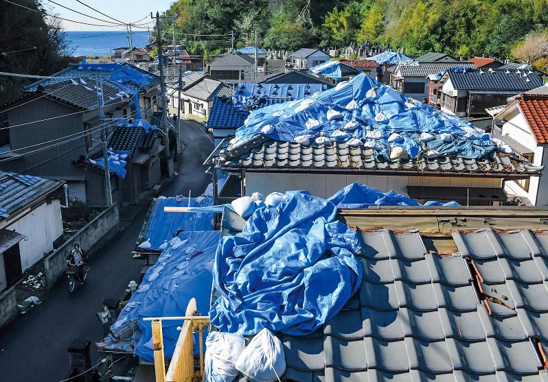 相次ぐ台風のため広範囲で屋根瓦が吹き飛ばされた(千葉県鋸南町)=2019年11月