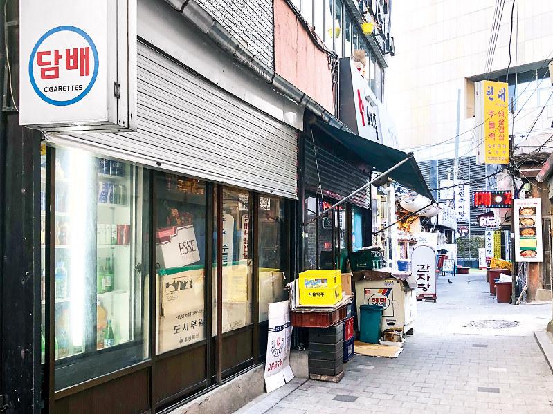 ソウル市内の路地裏に並ぶ自営業の飲食店や雑貨店(筆者撮影)