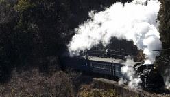 煙を豪快に噴き上げ、蒸気を吐き出しながら迫力ある走りを見せるC10形蒸気機関車=静岡県の大井川鉄道で2014年1月10日、金盛正樹撮影