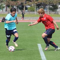 FC東京との練習試合に出場した毎熊選手(左)