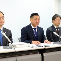 初弁論の閉廷後に記者会見する千代松大耕市長(左から2人目)=大阪市北区で2019年11月15日、村松洋撮影