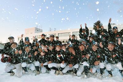 21世紀枠でのセンバツ出場が決まり、雪をかき上げて喜ぶ帯広農業の選手たち=北海道帯広市で2020年1月24日午後3時52分、貝塚太一撮影-photo